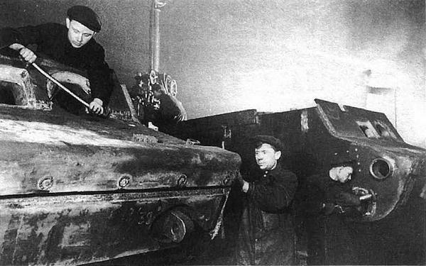Изготовление бронекорпусов для танков КВ-1 на заводе №200. Челябинск, зима 1942 года.