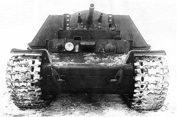 Первый вариант танка КВ-7 (с двумя 45-мм и одной 76-мм пушками). Зима 1942 года.