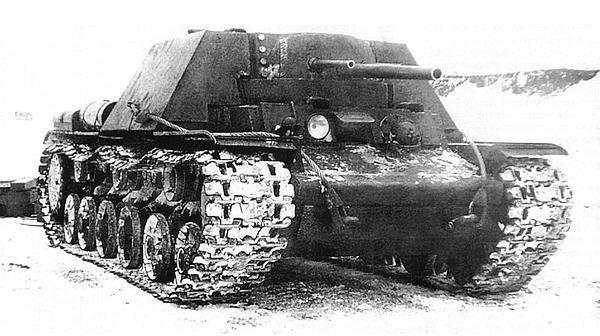 Первый вариант танка КВ-7 (с двумя 45-мм и одной 76-мм пушками) во время испытаний на полигоне. Зима 1942 года.