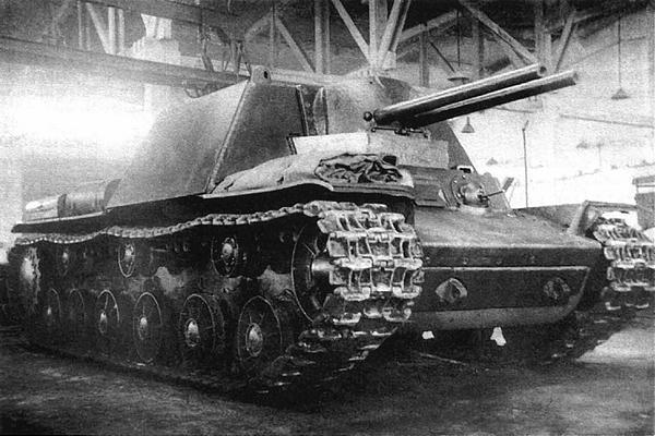 Второй вариант танка КВ-6 (с двумя 76-мм орудиями) в цехе завода №100. Челябинск, май 1942 года.