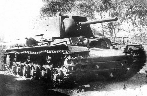 Химический танк КВ-12 (объект 232). Челябинск, завод №100, весна 1942 года. Хорошо видны резервуары для химических веществ, установленные на бортах танка.