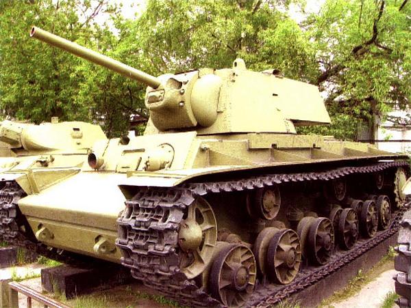 Танк КВ-1 со сварной башней, изготовленный Челябинским заводом весной 1942 года. Машина находится в экспозиции Центрального музея Вооруженных Сил в Москве.