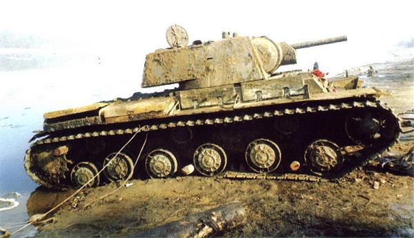 Танк КВ-1 выпуска 1941 года, поднятый со дна Невы 18 апреля 2003 года (вверху). Ныне эта машина — экспонат Музея-диорамы «Прорыв блокады Ленинграда» (внизу).