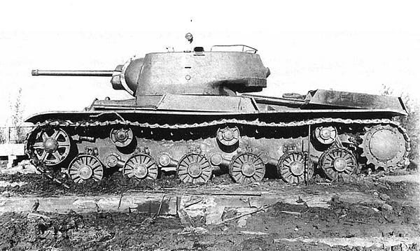 Танк КВ-1 с установками КРАСТ-1 (короткая артиллерийская ракетная система танковая). Челябинск, завод №100, лето 1942 года (вверху и внизу).