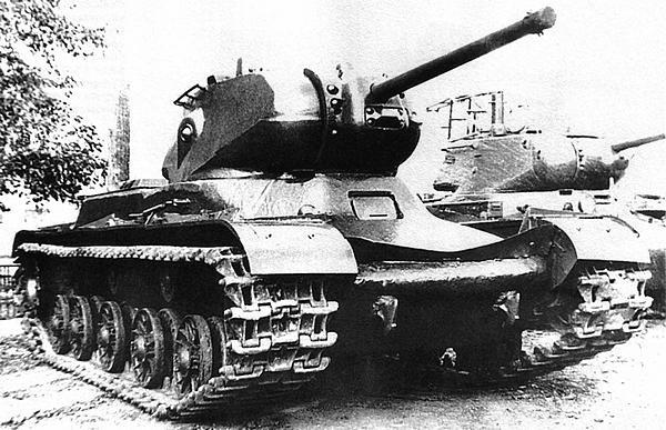 Танк КВ-13 (на гусеницах от КВ) во дворе завода №100. Челябинск, 1943 год.