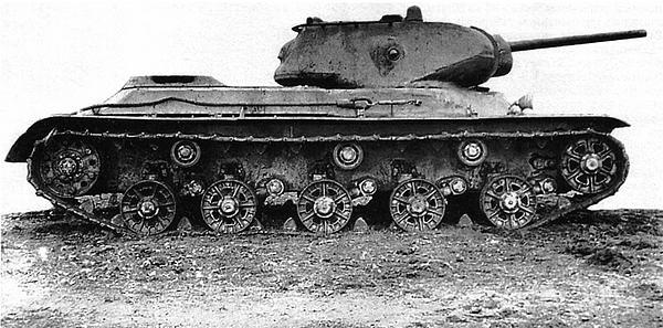 Танк КВ-13 (на гусеницах от Т-34) во дворе завода №100. Челябинск, осень 1942 года (вверху и внизу).