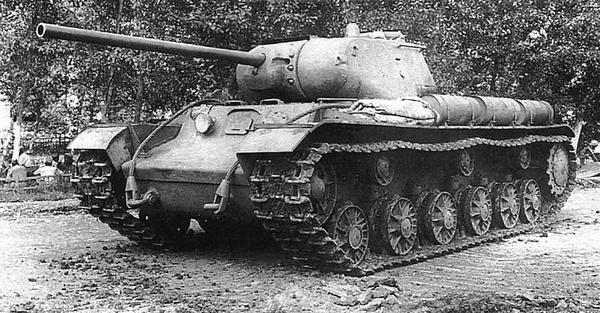 Танк КВ-1С с установленной на нем опытной 85-мм пушкой С-31 конструкции ЦАКБ перед прохождением испытаний. Лето 1943 года. В настоящее время этот танк находится в Военно-историческом музее бронетанкового вооружения и техники в подмосковной Кубинке.