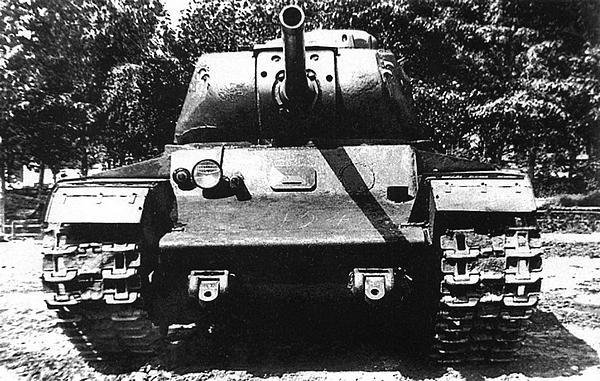 Вверху и внизу: первый экземпляр танка КВ-85 во дворе завода №100. Для изготовления этого танка использовался корпус от КВ-1С (шаровая установка в лобовом листе корпуса заварена). Танк имеет нестандартные буксирные приспособления. Челябинск, лето 1943 года. После войны этот танк был установлен в качестве памятника в Автово (Санкт-Петербург), где и находится в настоящее время.