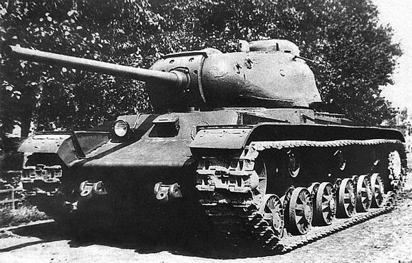 Общий вид первого экземпляра танка КВ-85. Челябинск, завод №100, лето 1943 года.