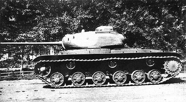 Общие виды первого экземпляра танка КВ-85.