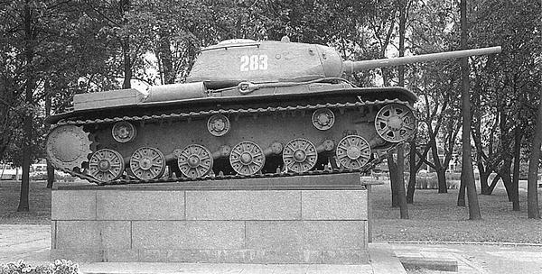 Первый экземпляр танка КВ-85, установленный в качестве памятника в Автово (Санкт-Петербург).