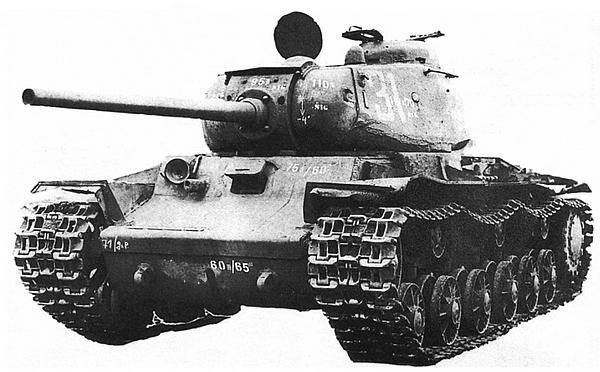 Танк КВ-85, захваченный немцами под Мелитополем. Осень 1943 года. Машина проходила испытания на полигоне в Куммерсдорфе.