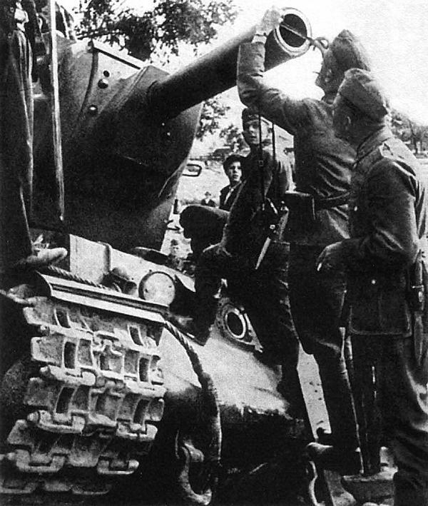 Немецкие солдаты измеряют калибр орудия танка КВ-2. Украина, июнь 1941 года.