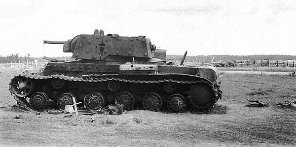 Подбитый артогнем КВ-1 (с дополнительным бронированием). Район Луги, июль 1941 года.