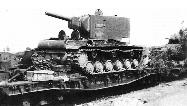 А эти танки КВ даже не успели разгрузить с железнодорожных платформ. Июнь 1941 года.