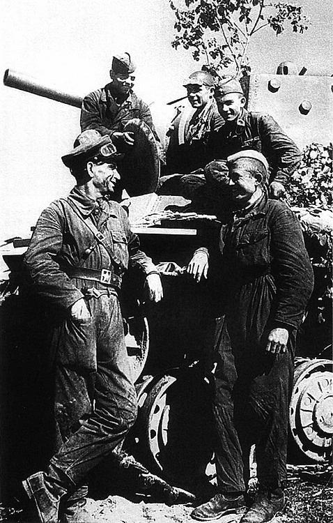 Экипаж танка лейтенанта Кузова после выхода из окружения. Северо-Западный фронт, июль 1941 года.