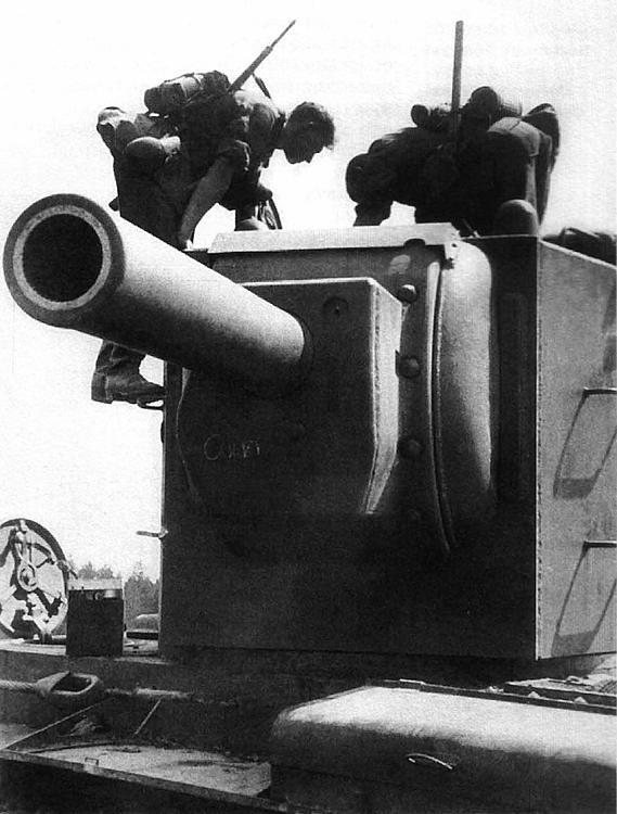 Немецкие солдаты осматривают брошенный танк КВ-2. Украина, июль 1941 года.