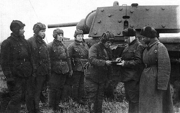 Экипаж танка КВ получает боевую задачу. Ленинградский фронт, 1941 год.