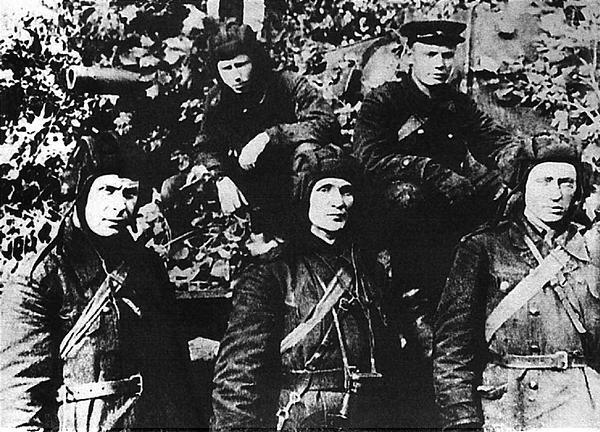Экипаж танка лейтенанта 3. Колобанова, уничтоживший в одном бою 22 немецких танка. Ленинградский фронт, август 1941 года.