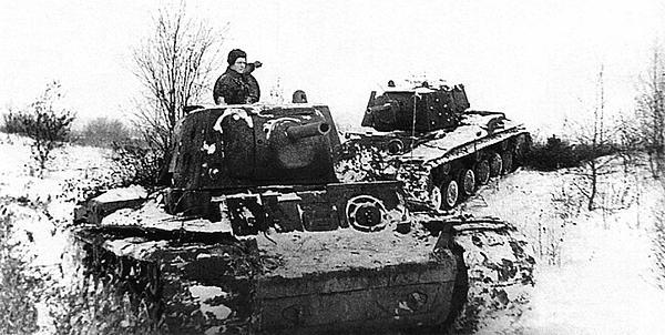 Танки КВ выходят на боевую операцию. Ленинградский фронт, декабрь 1941 года. Задняя машина имеет дополнительное бронирование на бортах и башне.