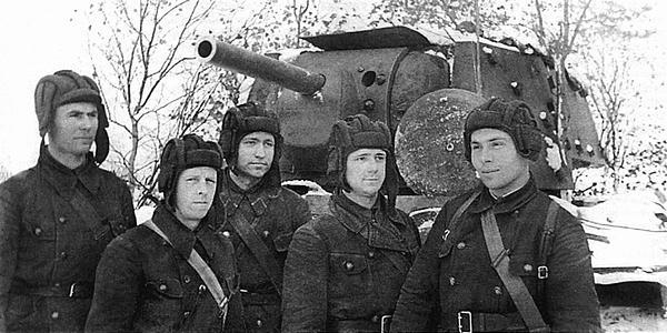 Экипаж танка КВ. Танк имеет дополнительное бронирование на башне. Ленинградский фронт, зима 1941 года.