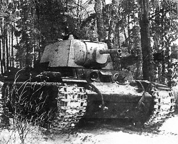 Танк выходит на операцию. Калининский фронт, январь 1942 года.