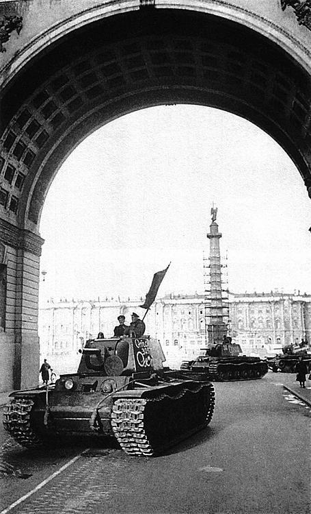 Колонна отремонтированных КВ-1 по пути на фронт. Ленинград, весна 1942 года. На башнях танков надписи: «Отстоим завоевания октября», «За Сталина», «Бей фашистов».