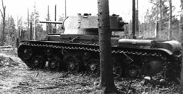 Танк КВ-1 (с литой башней) направляется в ремонт. Западный фронт, весна 1942 года. Машина имеет башенный номер 101.
