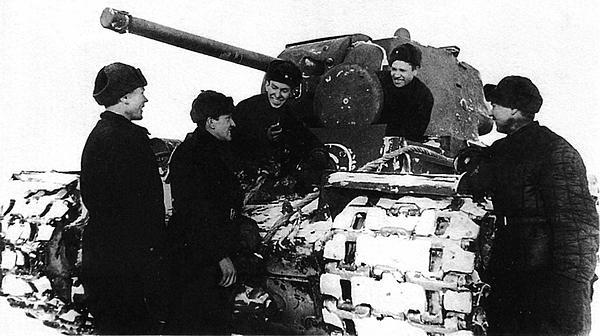Экипаж танка КВ-1 после переправы по льду через Волгу. Район Калинина, февраль 1942 года.