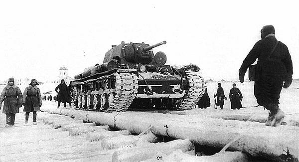 Переправа танков КВ-1 по льду через Волгу в районе Калинина. Февраль 1942 года (вверху и внизу).