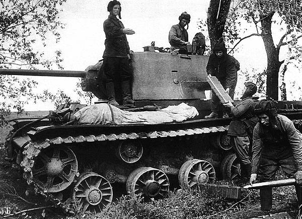 Загрузка снарядов в танк КВ-1 (с литой башней) под командой лейтенанта С.Копченского (стоит на танке слева). Действующая армия, лето 1942 года. Хорошо видны пеналы для укладки снарядов.