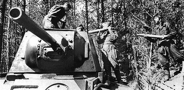 Загрузка снарядов в танк КВ-1 (со сварной башней). Западный фронт, 33-я танковая бригада, лето 1942 года.
