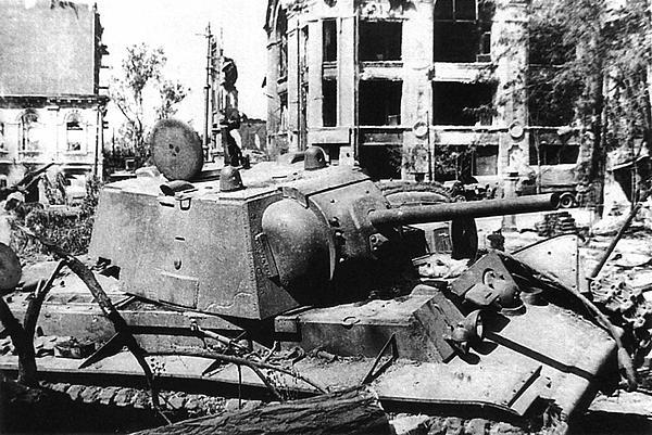 Танк КВ-1 (со сварной башней), подбитый во время боев в Воронеже. Лето 1942 года.