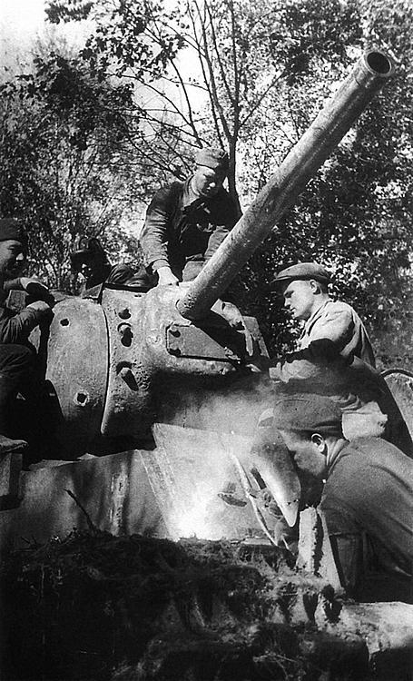 Ремонт танка КВ-1 в полевых условиях. Волховский фронт, 124-я танковая бригада, август 1942 года.