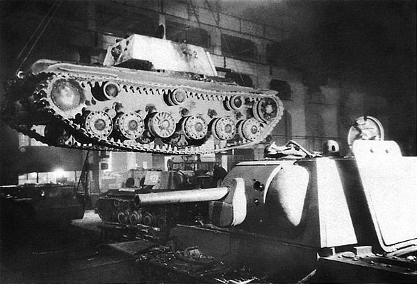 Ремонт танков КВ-1 на одном из заводов Ленинграда. Осень 1942 года. Танк, поднятый краном, имеет один цельнолитой опорный каток, производство которых наладили в начале 1942 года.