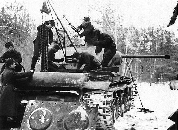 Ремонт танка КВ-1 в полевых условиях. Центральный фронт, февраль 1943 года.
