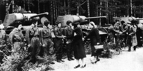 Делегация рабочих на фронте в одном из гвардейских тяжелых танковых полков прорыва. Действующая армия, весна 1943 года. На заднем плане стоят танки КВ-1С.