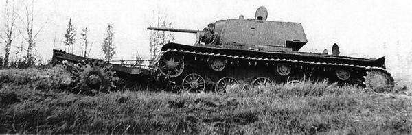 Танк КВ-1 с катковым минным тралом из состава 260-го танкового полка. Ленинградский фронт, Карельский перешеек, лето 1944 года.