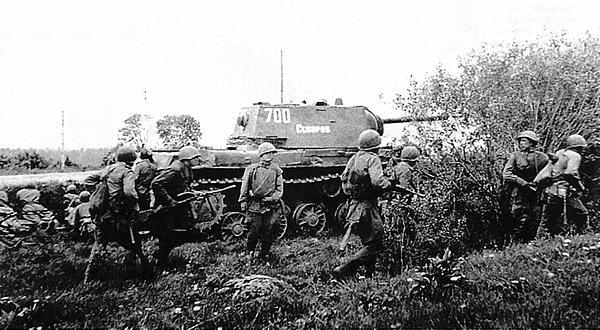 Тяжелый танк КВ-1 из состава 260-го отдельного танкового полка прорыва поддерживает действия своей пехоты. Ленинградский фронт, Карельский перешеек, июнь 1944 год.