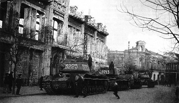 Танки КВ-85 и самоходные установки СУ-152 из состава 1452-го <a href='https://arsenal-info.ru/b/book/3099897582/67' target='_self'>самоходно-артиллерийского полка</a> на улице освобожденного города. Крым, апрель 1944 года.