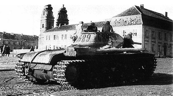 Танк КВ-1С вступает в польский город Млава, освобожденный войсками Красной Армии. 1 февраля 1945 года.