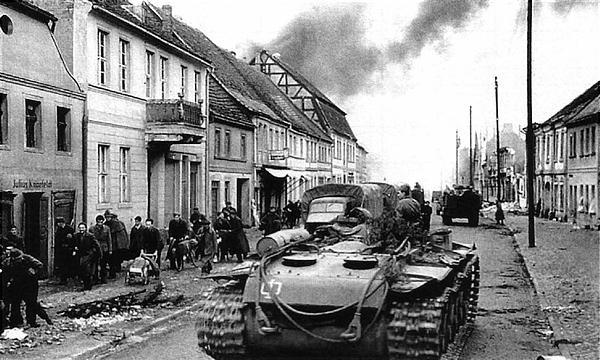 Танковый тягач на базе КВ-1С (армейское обозначение КВ-Т) на улице одного из немецких городов. Германия, апрель 1945 года.