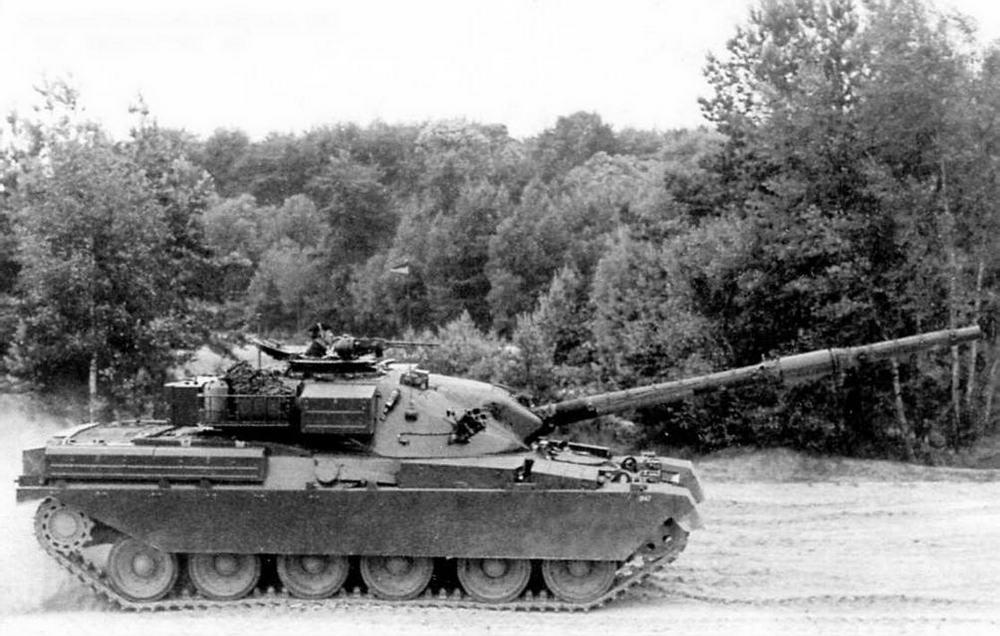 Основной боевой танк «Чифтен» Mk.3 во время учебных занятий