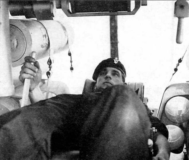Особенность танка «Чифтен» — полулежачее положение механика- водителя. В данном случае сиденье откинуто максимально и водитель находится в лежачем положении