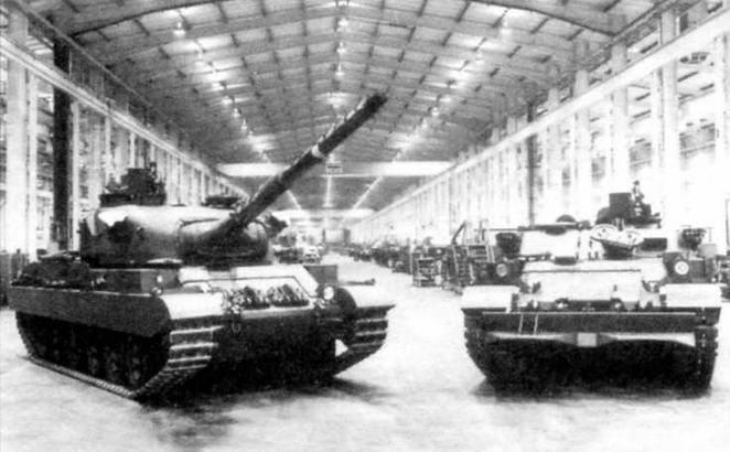 В центре — танк «Виккерс» Mk.3 и БРЭМ на его базе из кенийского заказа;