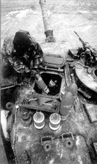 Загрузка боеприпасов в танк «Чифтен». Хорошо видны осколочно-фугасные и бронебойно-подкалиберные снаряды
