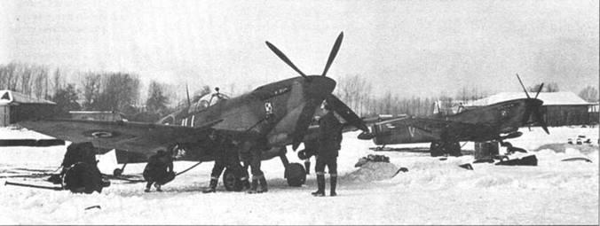 Зима 1944–1945г.г., к очередному боевому вылету готовят «Спитфайры» из 317-й «польской» эскадрильи. Снимок вероятно сделан на голландском аэродроме Гримберген.