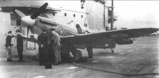 «Спитфайр VB» (BL676/«BONDOWOSO»), авианосец «Иллюстриес». Самолет оснащен посадочным гаком «тип А». Это был прототип так называемого «Хукт Спитфайра». На фюзеляже над основанием крыла видна проушина для подъемного крана.