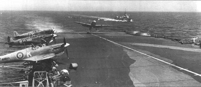 Момент истины — через долю секунды «Сифайр» коснется палубы авианосца «Формидэбл», январь 1943г. Сбоку — «Сифайры» из 885- й эскадрилья авиации Королевских ВМС Великобритании. Только средний самолет имеет «полный» идентификационный бортовой код. Все истребители — модификации Mk lb.