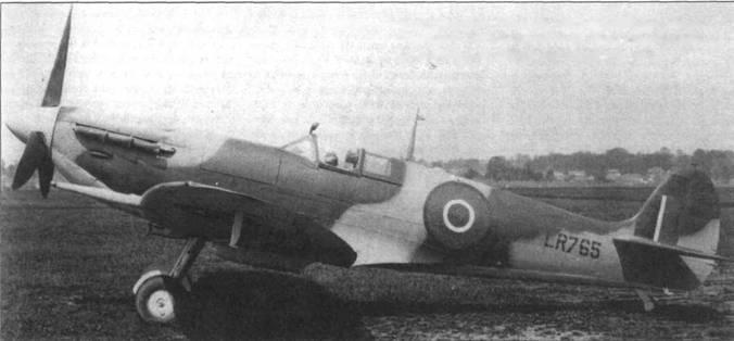 Первый серийный «Сифайр III», производства фирмы «Уэстленд» (LR765). Самолет не имел складных крыльев и позднее его обозначение сменили на F.IIC.